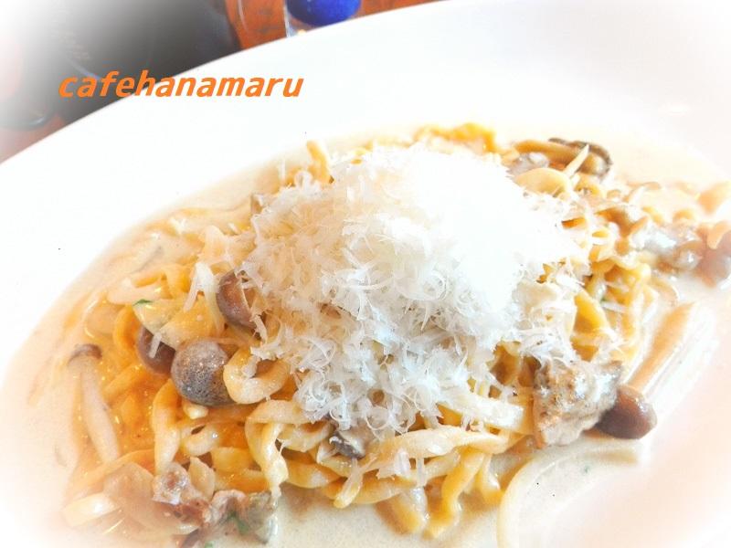 自家製生パスタ秋のきのこと山盛りチーズのクリームぞーすポルチーニの香り